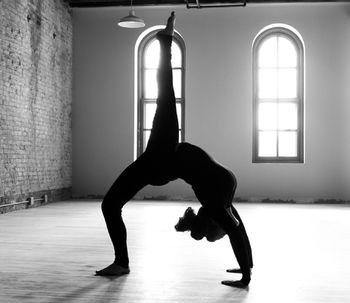 Combatti la stanchezza invernale con yoga e altri metodi