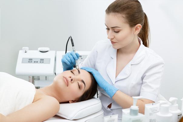 Elettrodepilazione eseguida da una dermatologa