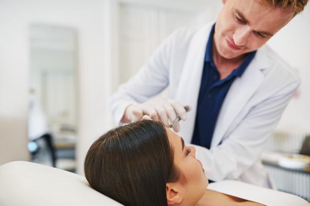 Medico estetico effettua trattamento antiage