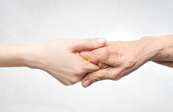 mani che invecchiano